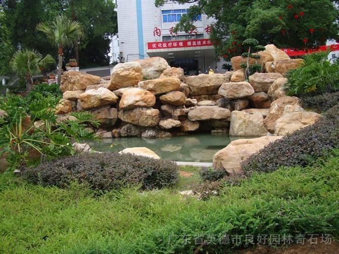黄蜡石假山水池