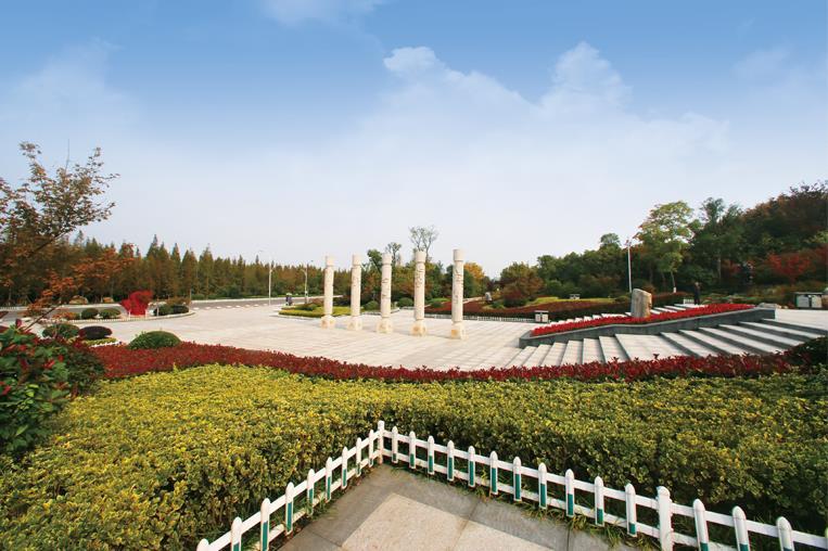 云龙湖珠山景区景观绿化工程三标段 项目位于徐州市主城区西南方向,占地约13万平方米,紧依云龙湖与小南湖,背倚珠山,北望滨湖公园、市民广场和徐州音乐厅,是云龙湖风景区一处集观赏、游憩和文化体验于一体的城市公共绿地。项目坚持以生态、自然为原则,建设满足当代游人观赏休闲需求的新型园林。景区充分利用空间,增大绿化面积,依托原有水系和植被分布进行优化处理,精整土方,将原有的山石配合花镜,营造自然新景观。堆石造岸填补原有湖岸,形成完整美观、防止水土流失的土基草坪护坡。因地制宜、因势造景,呈现自然的园林绿化景观效果。